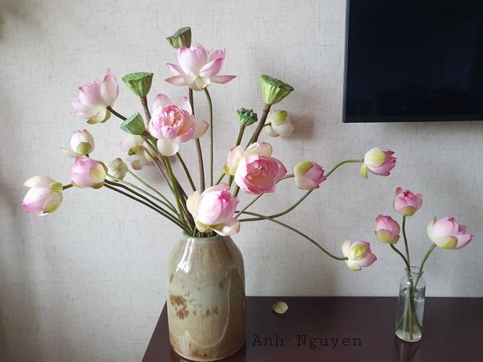 Với các cành hoa cong, chị Ánh sẽ để riêng để cắm sau cùng. Nhờ độ cong tự nhiên của các cành hoa mà bình thêm sinh động và có điểm nhấn.