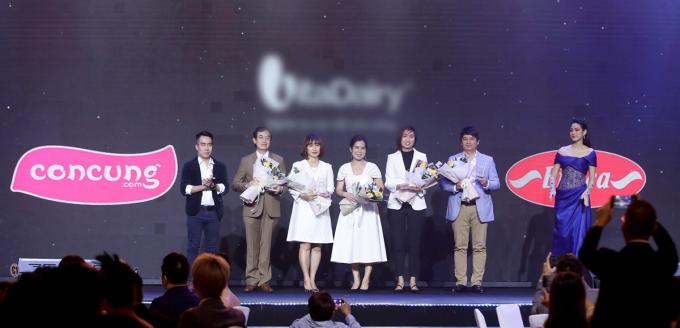 Bà Vũ Thị Minh Ngọc, Giám đốc Truyền thông Con Cưng (thứ 3 từ trái sang) cùng các đơn vị nhận giải Doanh nghiệp tiên phong vì cộng đồng đêm 19/1. Ảnh: Maison de Bil.