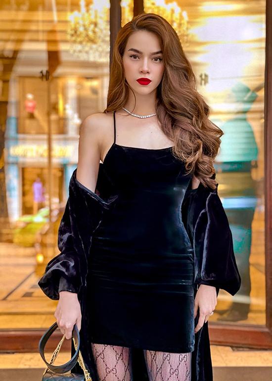 Hồ Ngọc Hà đang có chuyến công tác ngắn ngày tại Hà Nội để tham dự một sự kiện làm đẹp. Nữ ca sĩ chọn váy hai dây bó sát và áo choàng nhung đồng điệu do Lý Quí Khánh thiết kế để khoe vóc dáng gợi cảm.