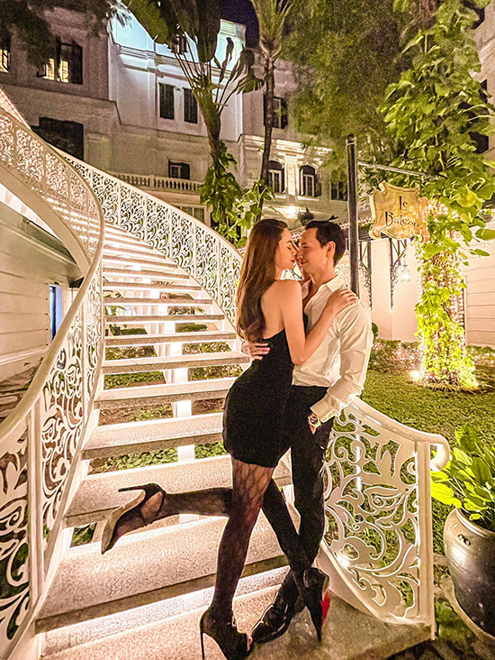 Nữ ca sĩ được ông xã Kim Lý tháp tùng. Cặp đôi đắm đuối bên nhau khi thả dáng tại khuôn viên một khách sạn 5 sao mà họ lưu trú.
