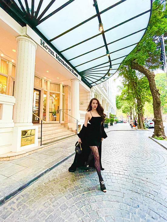 Bà mẹ ba con khiến trang phục trở nên sành điệu hơn khi kết hợp cùng túi Chanel, quần tất và giày Gucci. Mới sinh đôi được hơn hai tháng nhưng Hồ Ngọc Hà đã lấy lại vóc dáng gợi cảm.