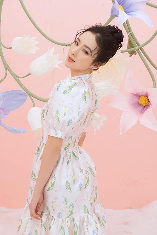 Angela Phương Trinh ăn diện kín đáo, khoe sắc bên hoa. Hình ảnh này đối lập hoàn toàn phong cách sexy, hở bạo mới đây của bà mẹ nhí.