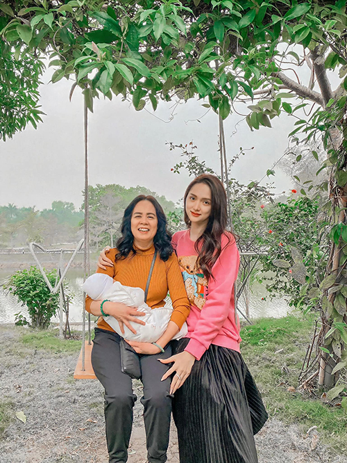Hoa hậu Hương Giang chúc mừng sinh nhật mẹ và gửi lời cảm ơn bạn bè, khán giả đã gửi đến bà những lời chúc tốt đẹp.