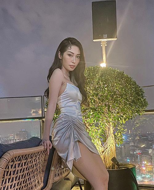 Khổng Tú Quỳnh diện trang phục ôm sát body, tôn vóc dáng đồng hồ cát.