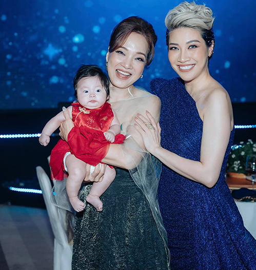 Nghệ sĩ Lê Khanh bế con gái ca sĩ Pha Lê khi cả hai cùng dự sự kiện.