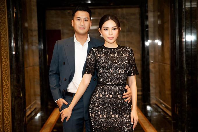 Phillip Nguyễn đăng ảnh tình tứ bên bạn gái Linh Rin và chia sẻ quan điểm về tình yêu mà anh tâm đắc: Tình yêu không phỉa là tìm thấy một ai đó hoàn hảo, mà là học cách để nhìn thấy những điều tuyệt vời từ một người không hoàn hảo.
