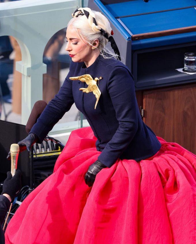 Lady Gaga diện trang phục có màu xanh dương, đỏ - 2 gam màu chính trong quốc kỳ Mỹ.