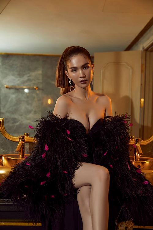 Trang phục o ép vòng một khiến Ngọc Trinh hút ánh nhìn với vẻ ngoài gợi cảm.