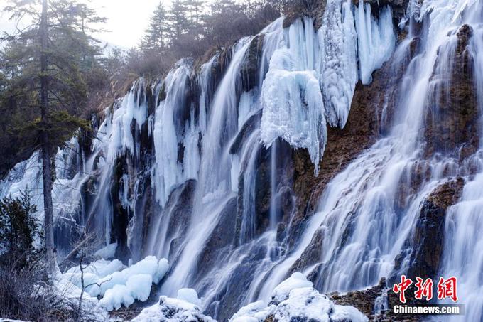 Những thác nước hùng vĩ tuôn nước xối xả vào mùa hạ cũng đóng băng hoàn toàn, mang tới cảnh tượng thơ mộng như cõi tiên.