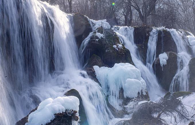 Đợt không khí lạnh mạnh ảnh hưởng đến các quốc gia Đông Á vừa qua ảnh hưởng lớn tới Cửu Trại Câu. Ngày 16/1, hầu hết các danh thắng thuộc cụm cảnh quan này được bao phủ trong khung cảnh trắng xóa.