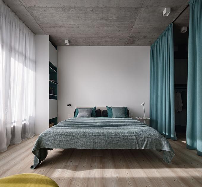 Phòng ngủ chính nằm cạnh khu vực thay đồ, lối ra ngoài ban công. Bộ khăn trải giường xanh bạc hà là một điểm nhấn của phòng ngủ chính.