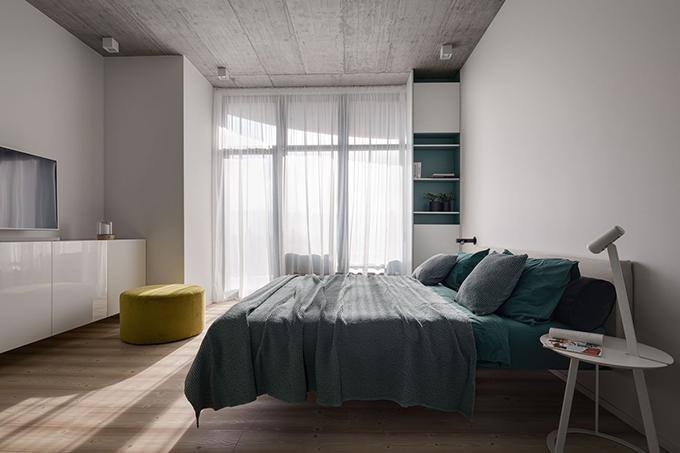 Trong phòng có đầy đủ tiện nghi và một kệ TV. Gia chủ yêu tông màu trắng vì trông nhà cửa gọn gàng, sạch sẽ.