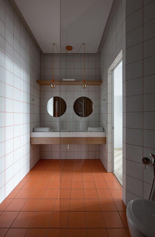 Khu vực phòng vệ sinh có 2 bồn rửa mặt để tăng tiện nghi trong quá trình sử dụng.