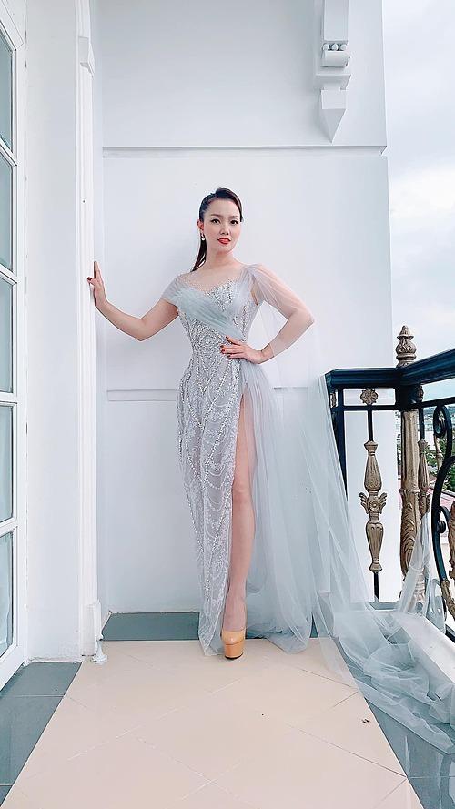 Nguyễn Ngọc Anh diện đầm xẻ cao khoe chân thon dài khi đi diễn tại Đà Lạt. Nữ ca sĩ tự tin khẳng định lúc nào cũng hát live, không bao giờ hát nhép.