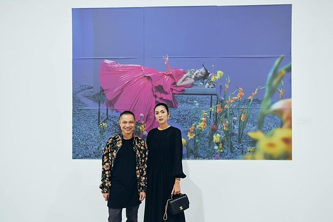 Tăng Thanh Hà đến tham quan triển lãm sách ảnh thời trang của Dzung Yoko. Ngọc nữ là một trong những người mẫu của sách ảnh Nhị Nguyên.