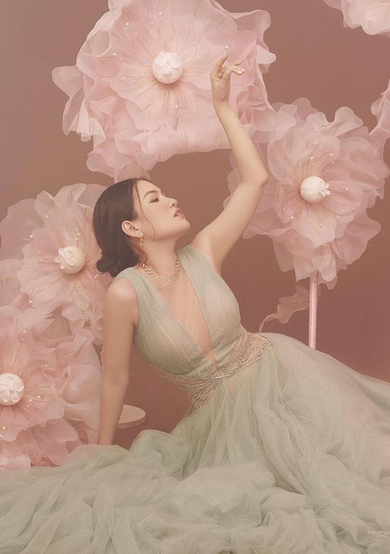 Diễm Trần thích các kiểu váy dạ hội may bằng vải voan bồng bềnh. Người đẹp không quan trọng xuất xứ, thương hiệu khi mua sắm trang phục mà chủ yếu chọn lựa váy áo phù hợp vóc dáng, tính cách và tạo cảm giác thoải mái, dễ chịu khi mặc.