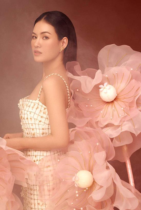 Váy dây giúp Hoa hậu Việt Nam Thế giới 2016 khoe bờ vai trần. Cô thường làm mới, biến hoá bản thân với những phong cách khác nhau từ kín đáo đến gợi cảm, cổ điển và hiện đại.