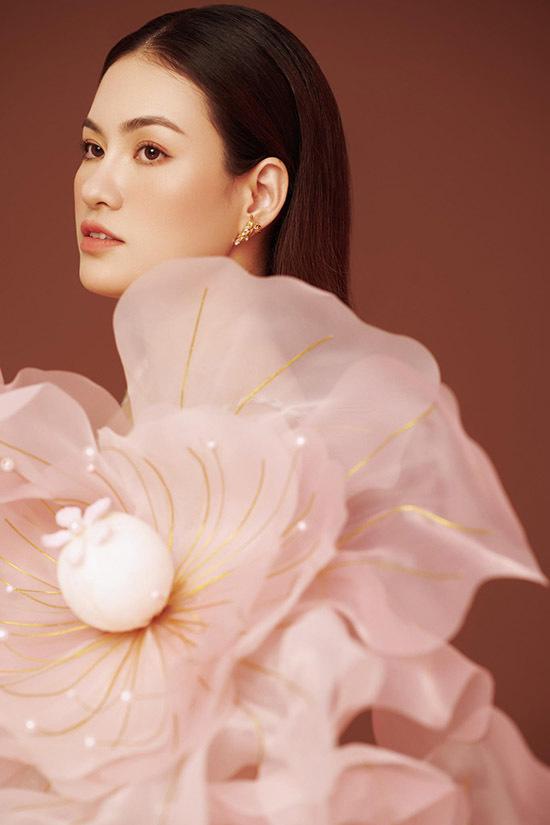 Hoa hậu quê Bình Định chăm chỉ trau dồi kỹ năng diễn xuất, phấn đấu để được công nhận là diễn viên chuyên nghiệp và ngày càng chinh phục đông đảo khán giả.