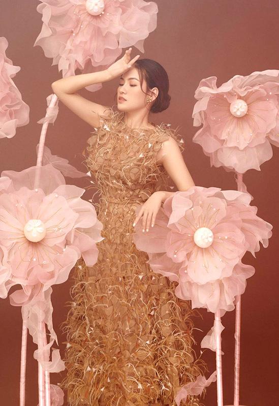 Váy dạ hội đính lông cầu kỳ được nhiều sao Việt ưa chuộng khi dự các lễ hội, sự kiện đầu năm mới.