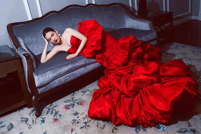 Màu đỏ với thiết kế cúp ngực sexy giúp Diễm Trần trông nổi bật, ấn tượng trước ống kính.