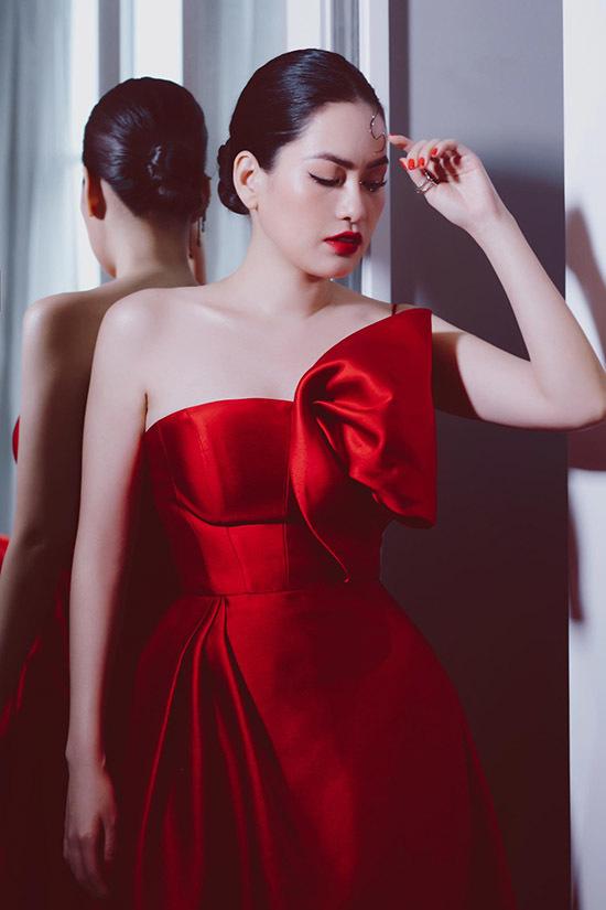 Cô rất tự tin với làn da trắng mịn của mình. Bộ ảnh do stylist Kye Nguyen và nhà thiết kế Lê Thanh Hoà hỗ trợ thực hiện.