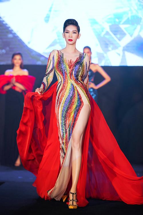 Lựa chọn tà áo đỏ càng giúp bộ trang phục của Xuân Lan đặc sắc với ý nghĩa ngọn Lửa đam mê mà cô truyền đến cho tất cả thí sinh.