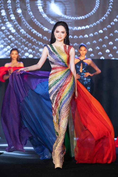Váy dạ hội của Hương Giang được kết hợp giữa đầm đính kết và vạt lụa phối 6 màu.