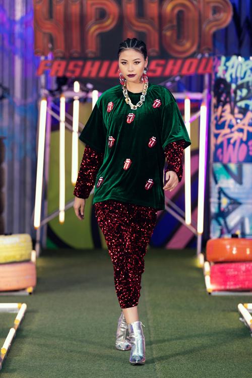 Ngoài các mẫu trang phục dạo phố dành cho thiếu nhi, bộ sưu tập còn giới thiệu các mẫu trang phục người lớn.