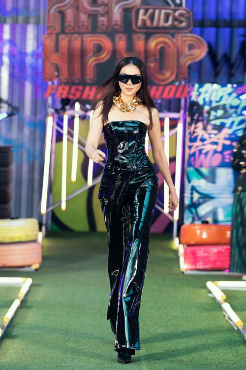 Trang phục da đen bóng được chuẩn bị riêng cho Thanh Hằng. Các phụ kiện mắt kính, vòng cổ to bản cũng được mix-match để giúp chị đại làng mẫu ấn tượng hơn.