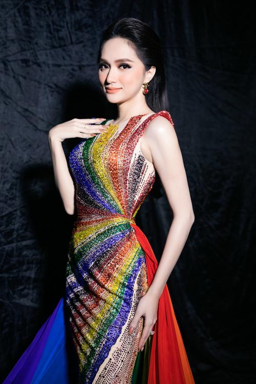 Váy màu nude phối 6 màu của lá cờ LGBT bằng cách đính kết kỳ công giúp tôn lên đường nét thon gọn của Hương Giang.