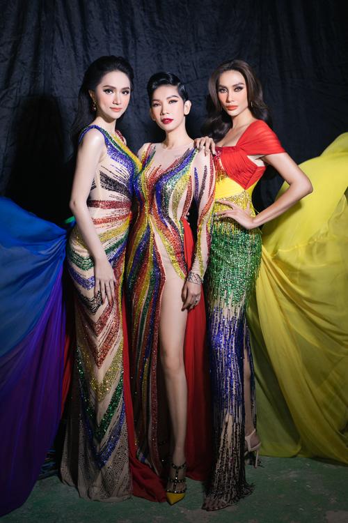 Ba bộ trang phục nhà thiết kế Linh San đều lên ý tưởng từ lá cờ chính thức của cộng đồng LGBT. Trên mỗi bộ cánh, nhà mốt lại có cách sử dụng họa tiết, tạo phom riêng để giúp người mặc thể hiện cá tính riêng.