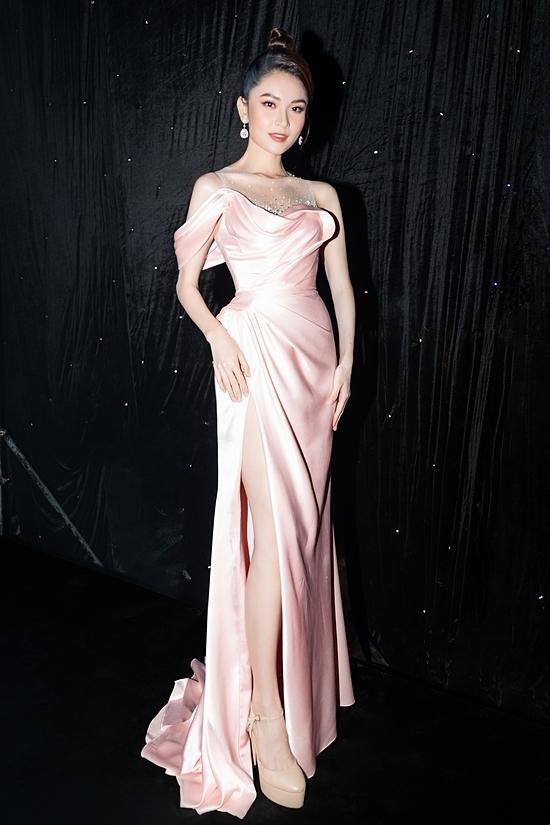 Thùy Dung diện váy của nhà thiết kế Lê Thanh Hòa khoe sắc vóc. Cô cao 1,72m, số đo 84-60-90 cm.