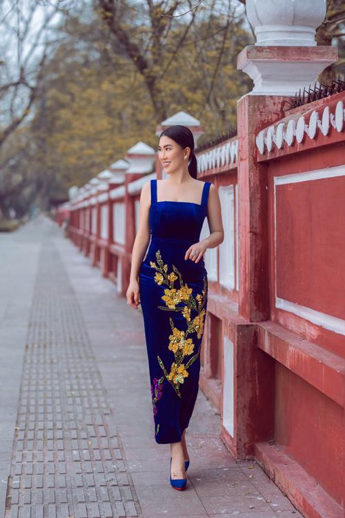Váy hai dây trang trí họa tiết hoa thêu sequins dành cho quý cô muốn nổi bật trong những buổi tiệc tối.