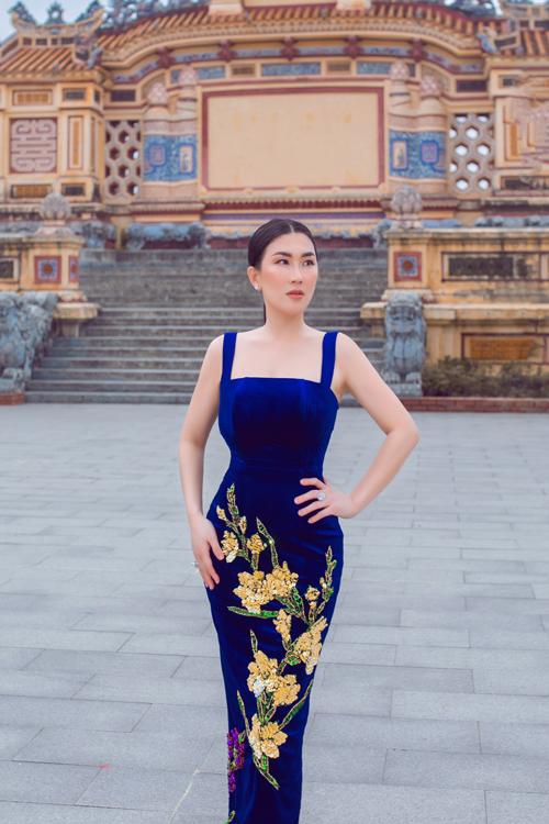 Hoa lay ơn là một trong những họa tiết chính của bộ sưu tập Hừng Đông, với hiệu ứng đính kết 3D trên váy ôm khít eo.