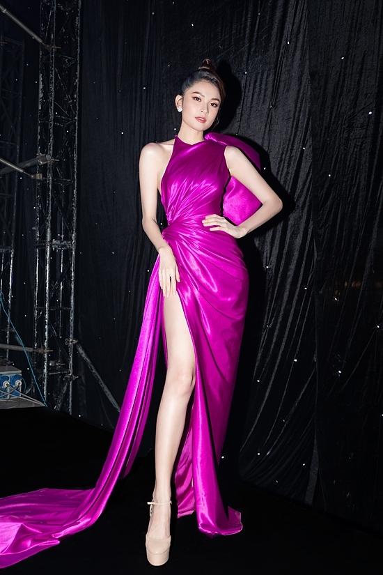 Á hậu Việt Nam 2016 còn đầu tư một thiết kế khác với gam màu tím tượng trưng cho cộng đồng LGBT.