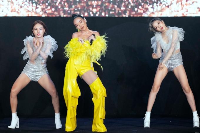 Thảo Trang thể hiện bài hát Come and get it - Together we fly cho phần thi bikini.
