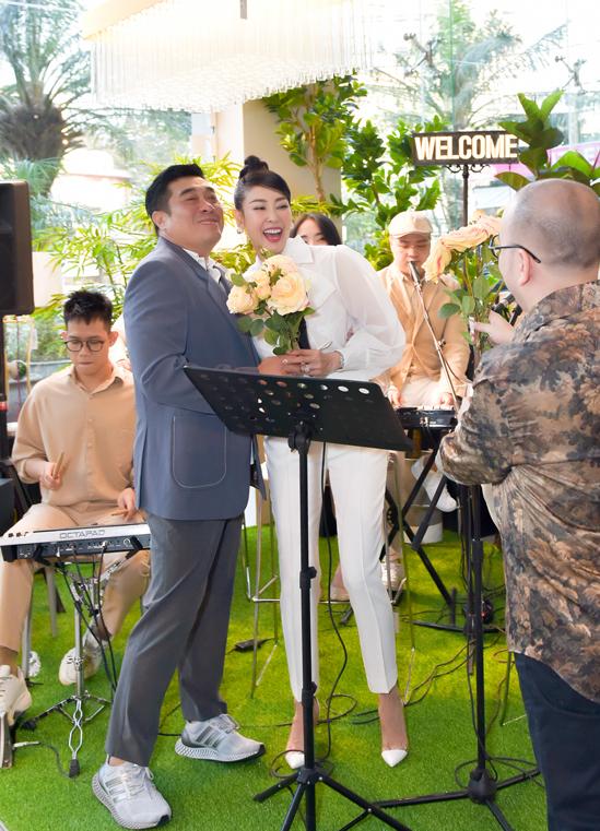Hiếm hoi mới được nghe Hà Kiều Anh hát, đạo diễn Trần Vi Mỹ đã tặng hoa và chụp ảnh kỷ niệm cùng người đẹp.