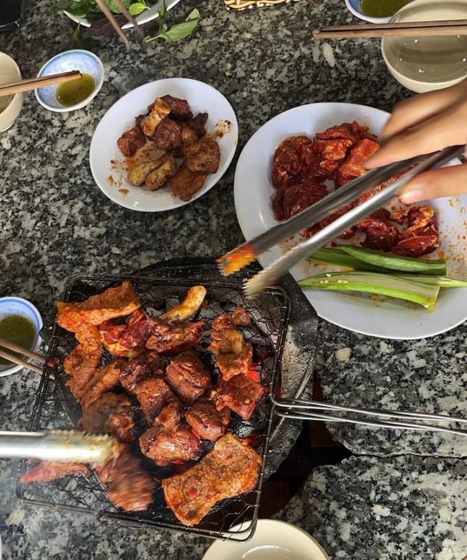 Nhã Phương, Thúy Ngân ăn bò nướng bình dân ở Đà Lạt - 4