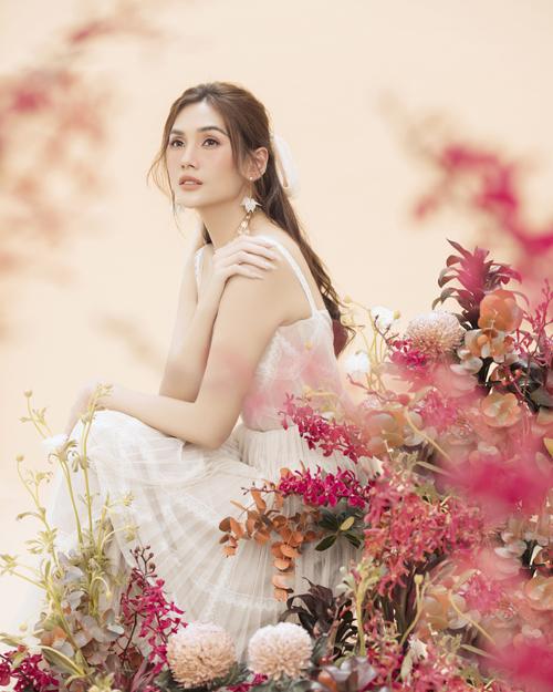 Nữ siêu mẫu toát lên vẻ đẹp ngọt ngào và tràn đầy sức sống như đang cùng muôn hoa đua sắc.