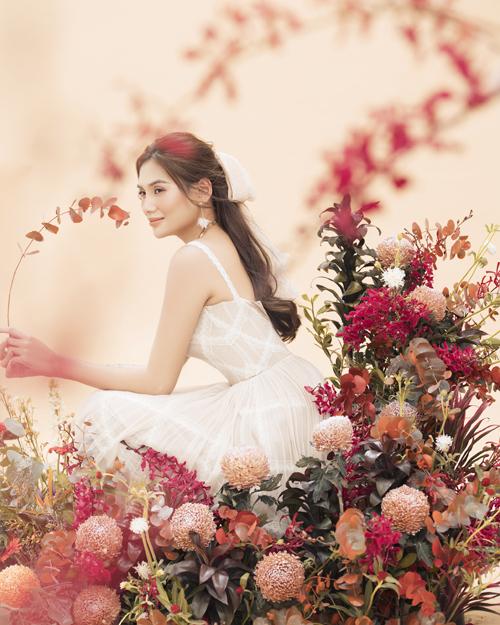 Bộ ảnh với cách trang trí hoa lá mùa xuân cũng là món quà mà siêu mẫu gửi tới khán giả hâm mộ đã luôn đồng hành và ủng hộ cô trong suốt năm 2020.