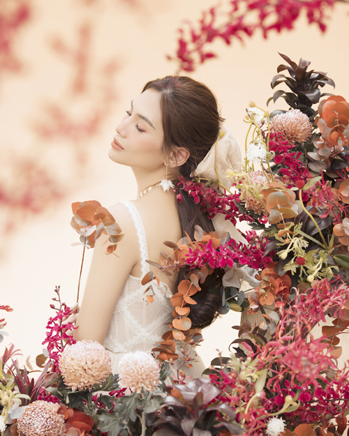 Thiết kế đầm trắng với những hoạ tiết và đường xếp tinh tế càng giúp tăng thêm vẻ đẹp ngọt ngào của siêu mẫu Võ Hoàng Yến.