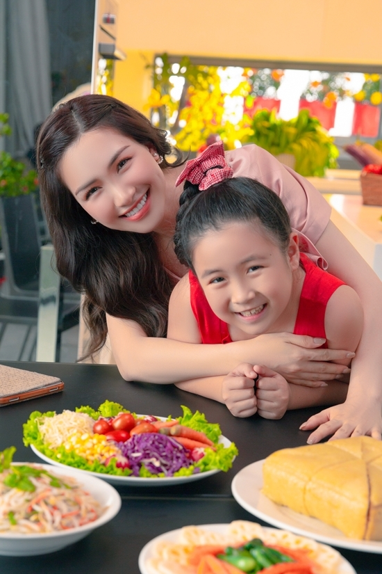 Lúc này, cô tiếp tục nối bước mẹ thực hiện những món ngon cho gia đình sum vầy ngày Tết. Những bí kíp ngày nào được mẹ cô cẩn thận ghi chép trong cuốn sổ và trao lại cho con gái.