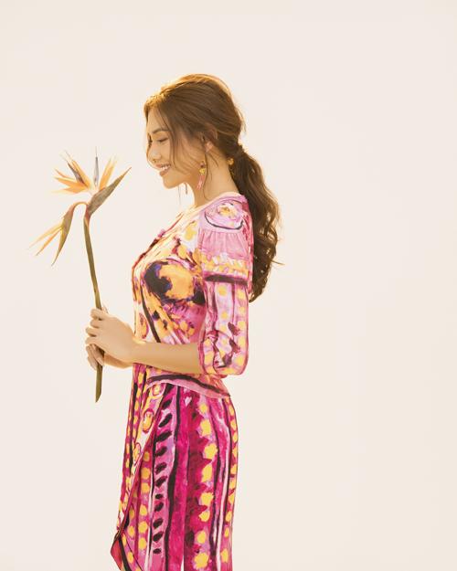 Bộ ảnh được thực hiện với sự hỗ trợ của nhiếp ảnh Rin Trần, trang điểm Nguyễn Chánh Tính, concept & stylist Bin Nguyễn, trang phục Moschino, Chung Thanh Phong, Lâm Gia Khang .