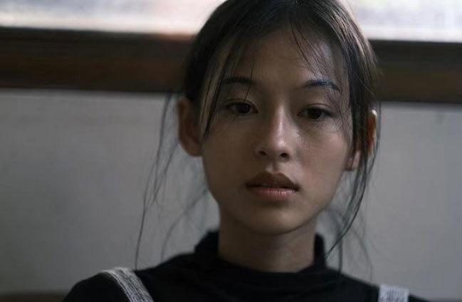 Chưa dấn thân vào điện ảnh nhưng Minh Hà được khen có gương mặt đậm chất cine. Cô cũng được bạn bè động viên đeo đuổi nghệ thuật thứ bảy.