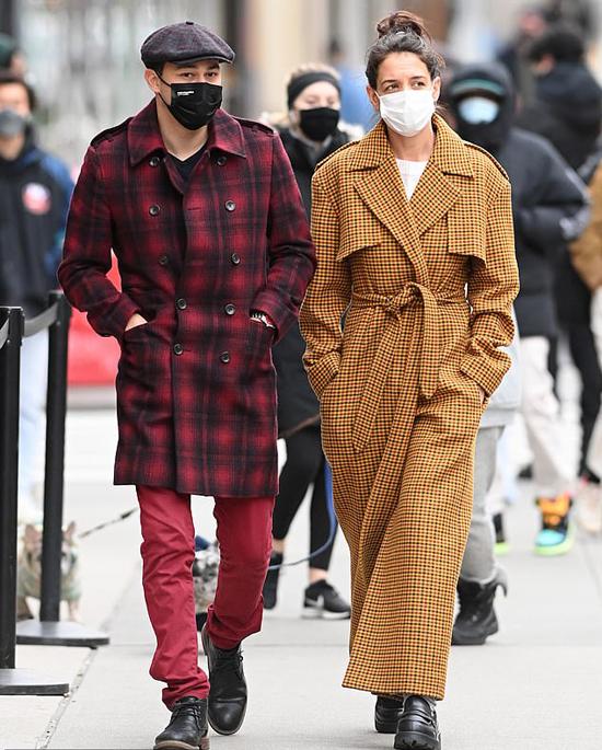 Katie Holmes dành buổi sáng đầu tuần dạo phố với bạn trai trong khi con gái Suri của cô đi học.