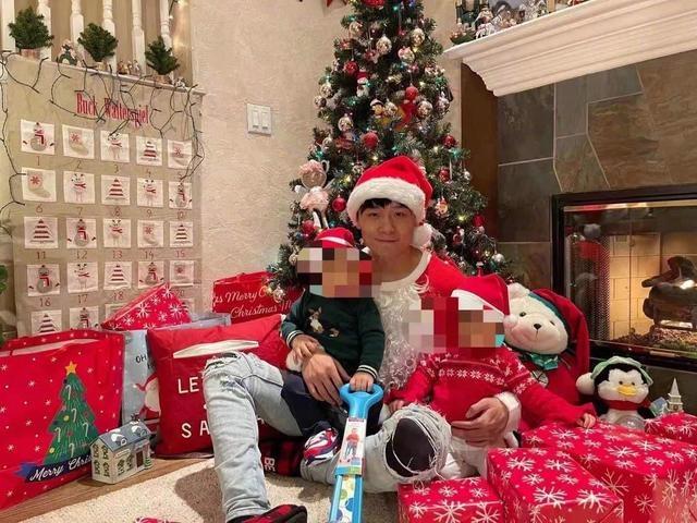 Trương Hằng chụp ảnh cùng hai đứa con.