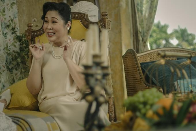Trong phim, NSND Hồng Vân tiếp tục là cây hài chính của phim, nói câu nào ấn tượng và gây cười câu đó. Nhưng nhân vật Lý Lệ Hồng của chị cũng là người sống hai mặt, nhiều uẩn khúc và bí mật, có tính xấu hay soi mói, đâm bị thóc chọc bị gạo. Đạo diễn Nam Cito tiết lộ nhà sản xuất phải chi số tiền lớn và xây dựng nhân vật thú vị mới nhận được cái gật đầu nhận vai của nữ nghệ sĩ.