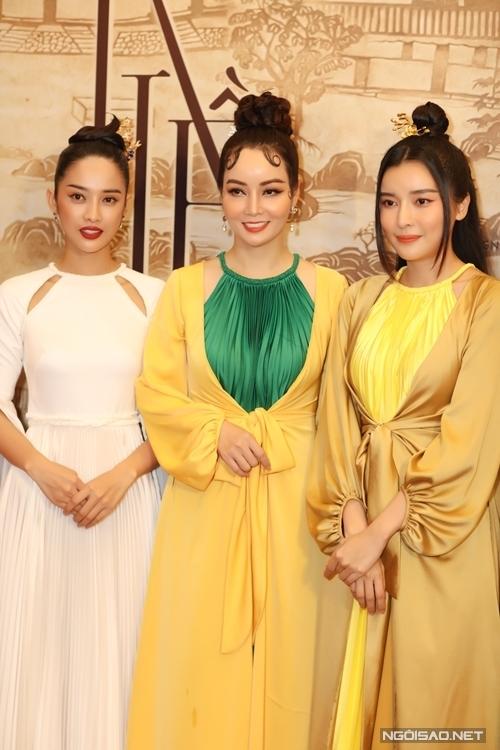 Đạo diễn Mai Thu Huyền chính thức giới thiệu hai nữ chính Trình Mỹ Duyên (trái - vai Thúy Kiều) và Cao Thái Hà (Vai Hoạn Thư).