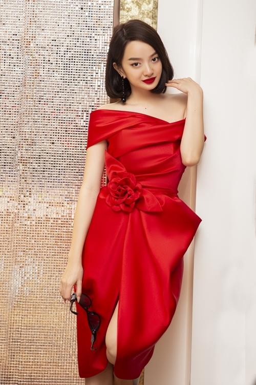 Trong các cảnh phim tại TP HCM, Kaity Nguyễn hóa thân thành nữ cường nhân văn phòng. NTK Đỗ Mạnh Cường dành cho cô các bộ váy trễ vai với điểm nhấn là những chiếc nơ to bản, mang đến vẻ gợi cảm, duyên dáng nhưng vẫn mạnh mẽ và quyền lực.