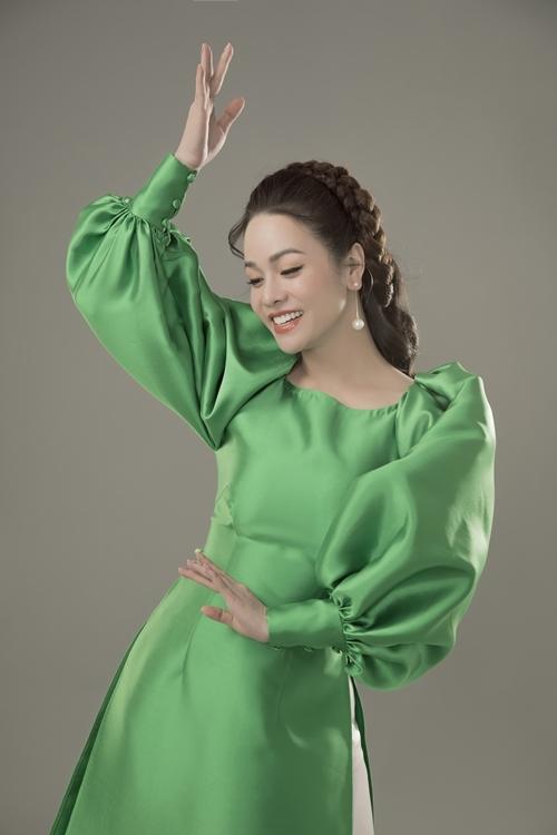 Nhật Kim Anh và stylist Tân Đà Lạt thân thiết nhiều năm, từng hợp tác trong nhiều bộ ảnh. Trước bộ ảnh áo dài này của NTK Thủy Nguyễn, stylist Tân Đà Lạt từng phù phép cho cô hóa thân thành nữ công tước nước Anh cổ điển trong chùm ảnh cách đây không lâu.